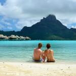 Un couple sur une plage de Polynésie