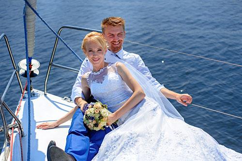 Couple sur le pont d'un navire de croisière