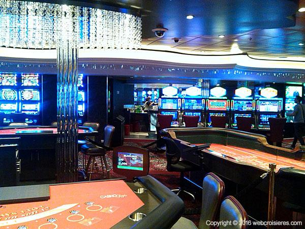Le Casino Royale : espace fumeur où vous pourrez jouer au craps, au blackjack…