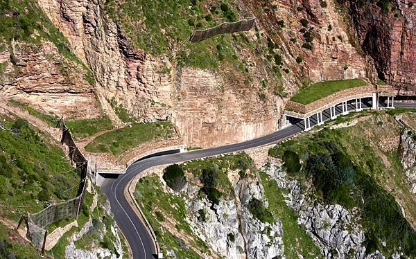 """La route """"Chapman's Peak Drive"""" à flanc de montagne"""