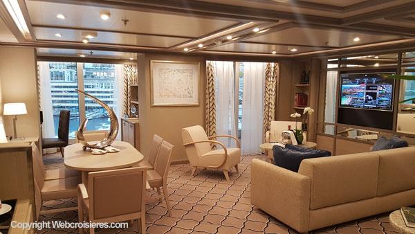 Un salon d'une suite du Silver Muse