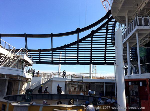 Vue sur la piscine du pont supérieure qui est en cours de finalisation