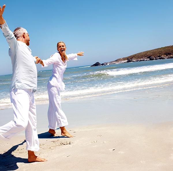 Séniors heureux sur une plage