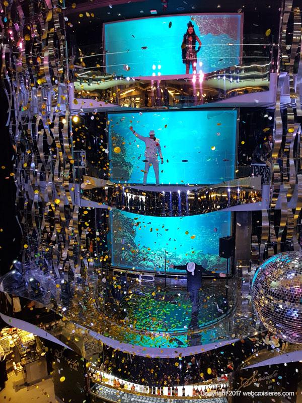 Spectacle dansant et chantant dans l'atrium du MSC Seaside
