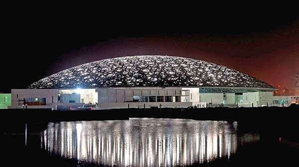Le musée du Louvre à Abu Dhabi vue de nuit