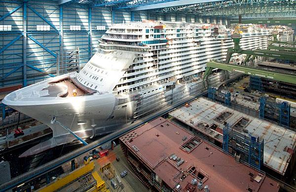 Le Norwegian Encore en cours de construction dans les chantiers allemands de Meyer Werft