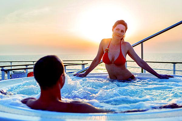 Couple dans un bain à remou sur un bateau de croisière