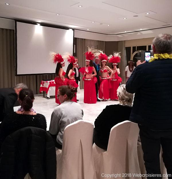Danseuses polynésiennes en costume traditionnel