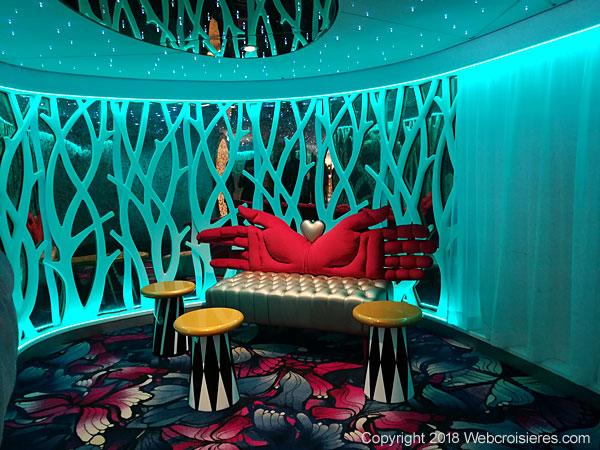Canapé du bar dédié à Alice au Pays des Merveilles