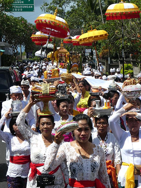 Procession lors du jour du silence en Indonésie