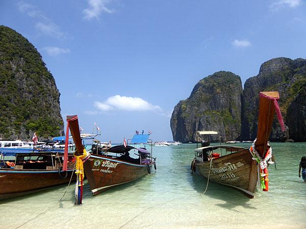 Pirogues sur une plage de Phuket