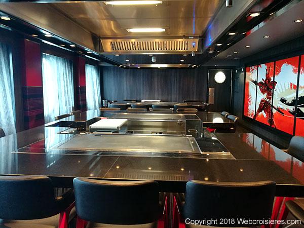 Tables de teppanyaki du restaurant japonais