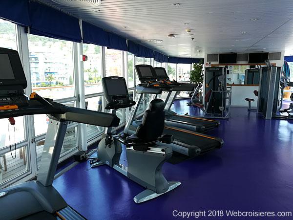 La salle de sport équipée de machines de musculation et de cardio training