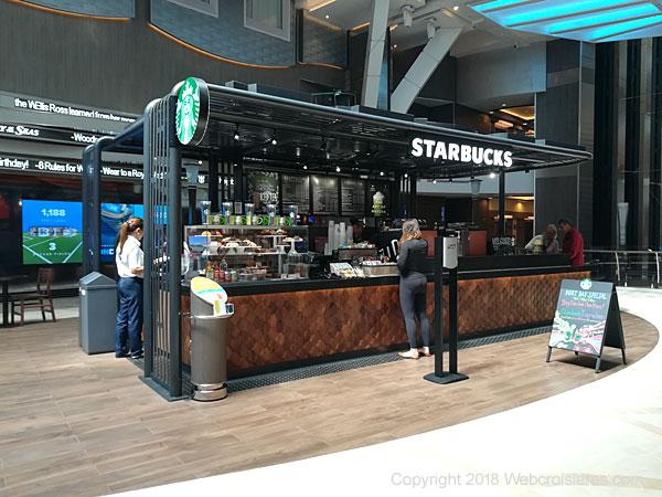 Plusieurs bars et cafés dont Starbucks