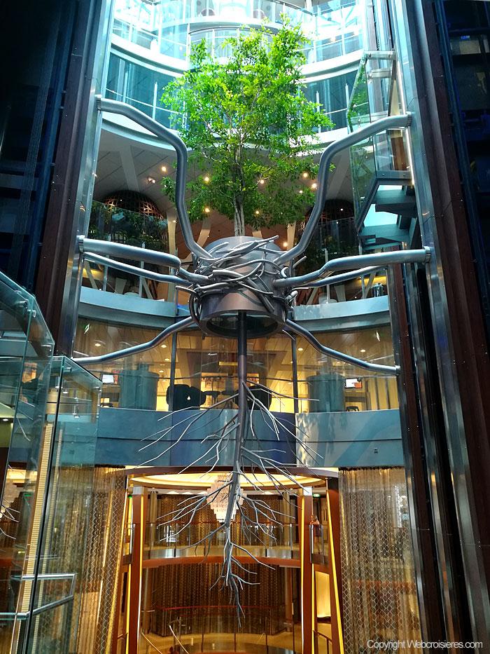 En décoration un arbre et ses racines suspendus en l'air !