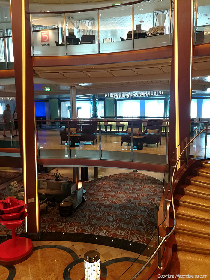 Le lobby principal du Celebrity Reflection