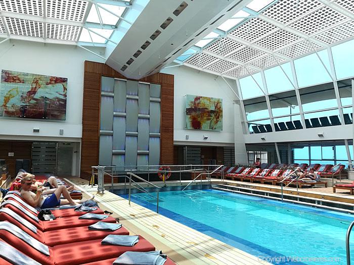 Le solarium du Celebrity Reflection avec sa piscine intérieure
