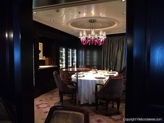 Une table à manger d'un des restaurants du Celebrity Reflection