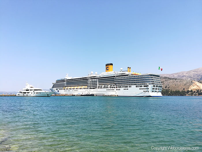 Le Costa Luminosa au large d'Argostoli