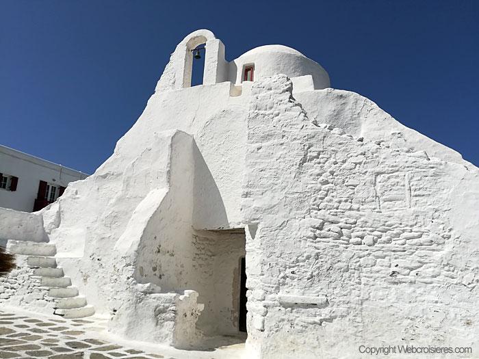 Une église dans une rue de Mykonos