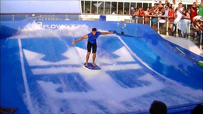 Le FlowRider ou simulateur de surf présent à bord de l'Oasis of the Seas