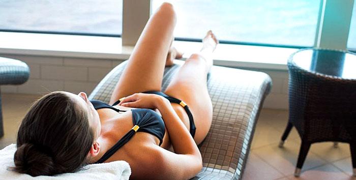 Femme allongée sur un transat dans un spa d'un navire de croisière