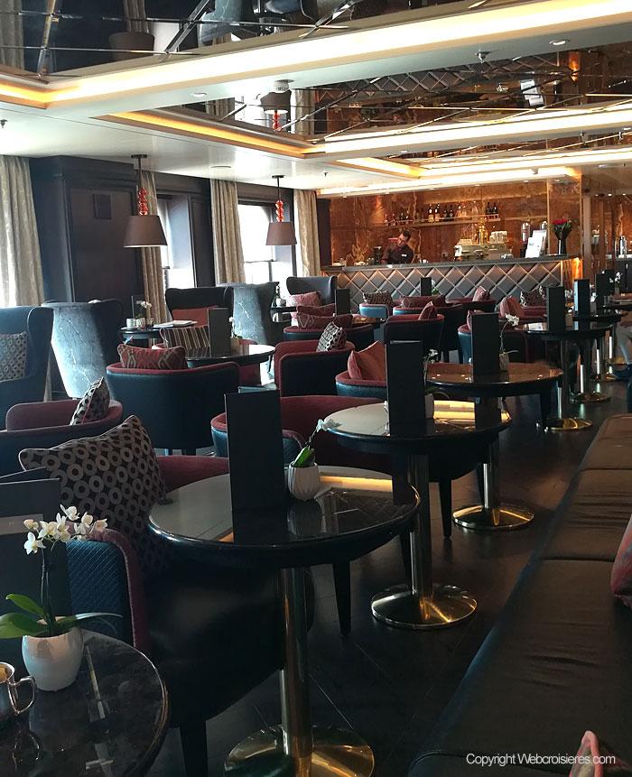 Un des nombreux bars présents à bord du Regent Seven Seas Explorer