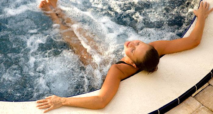 Une jeune femme en solo dans un bain bouillonnant