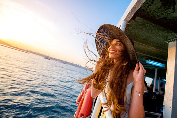 Photo d'une célibataire à bord d'un bateau de croisière