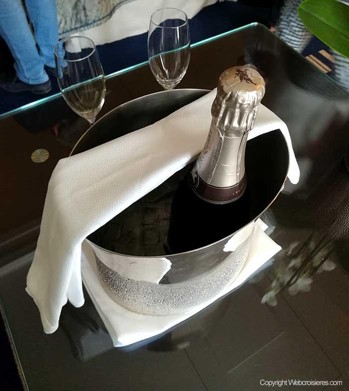 Une bouteille de champagne vous attend dans votre suite...