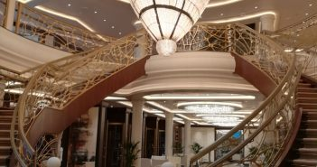 Un des 749 lustres qui agrémentent la décoration du navire