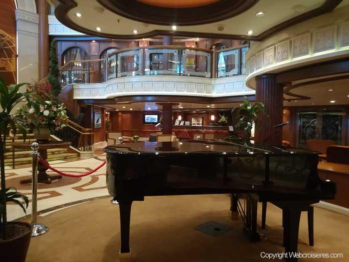 Piano présent dans l'atrium du Queen Victoria