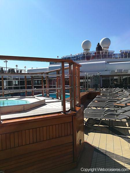 Point de vue sur la piscine du pont supérieur du Queen Victoria