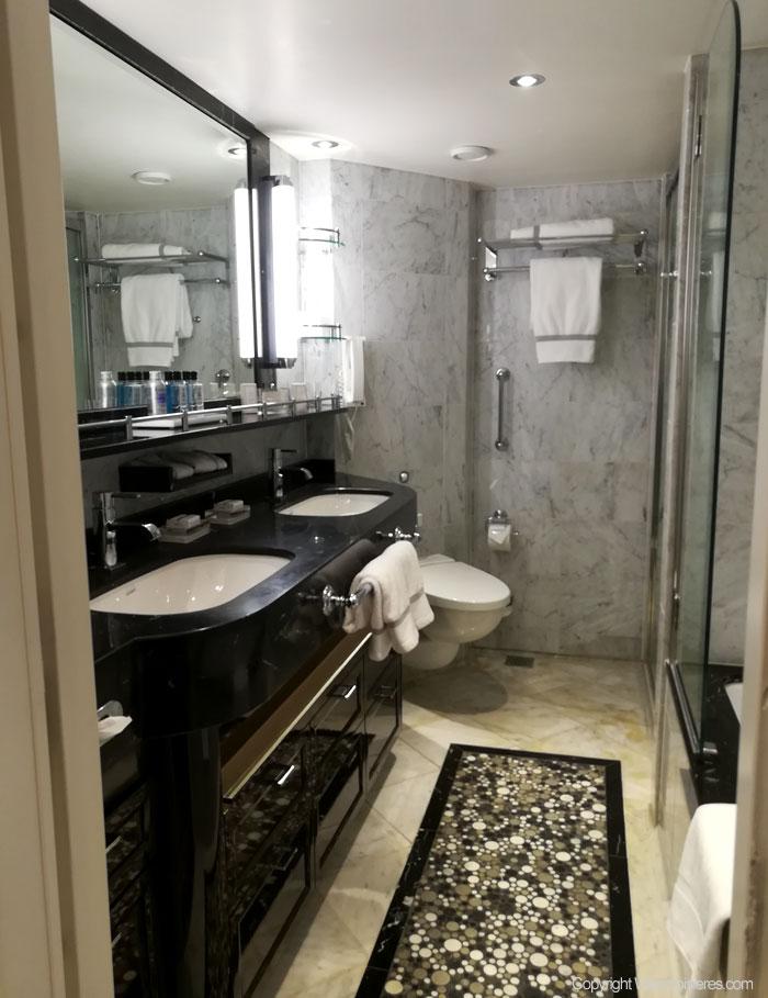 Vue sur une salle de bain d'une Suite du Regent Explorer.