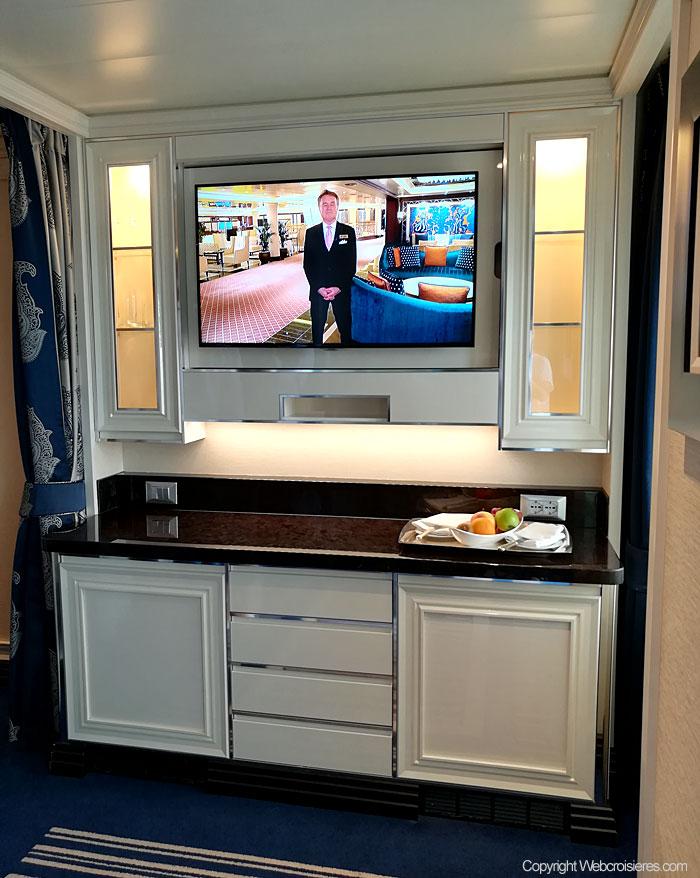 L'espace TV présent dans une suite du Regent Seven Seas Explorer.