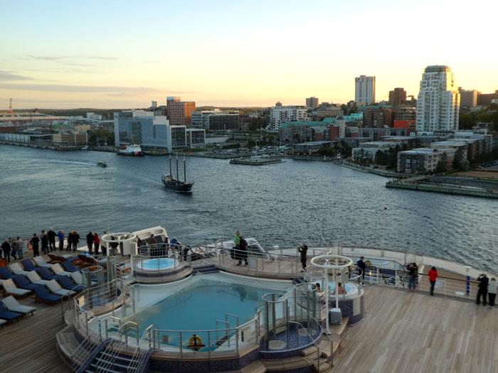 Départ d'Halifax (19 :00) avec la plage arrière du Queen Mary 2 (vue partielle car sur 4 ponts)
