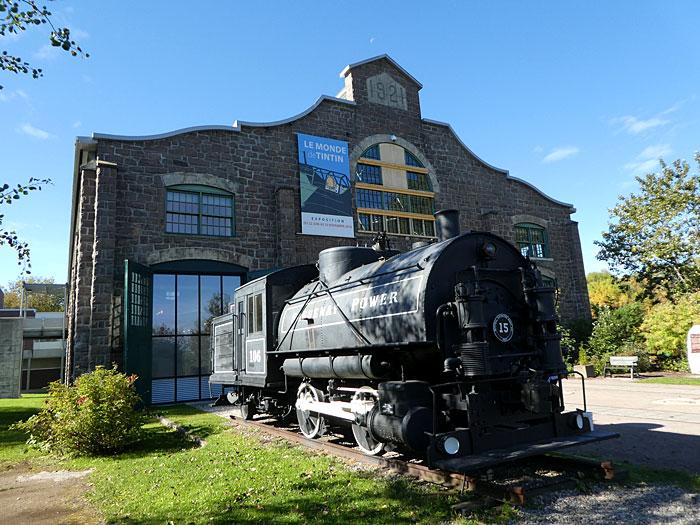 La pulperie-musée et la locomotive utilisée pour transporter les arbres