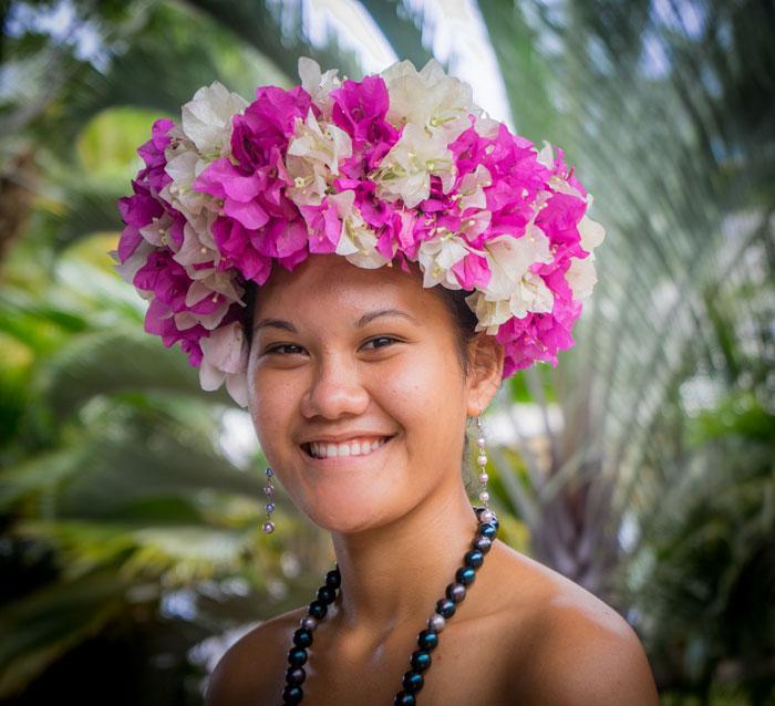 Autochtone en tenue traditionnelle fleurie