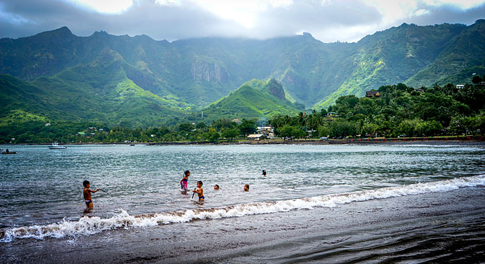 Point de vue sur une plage des Iles Marquises