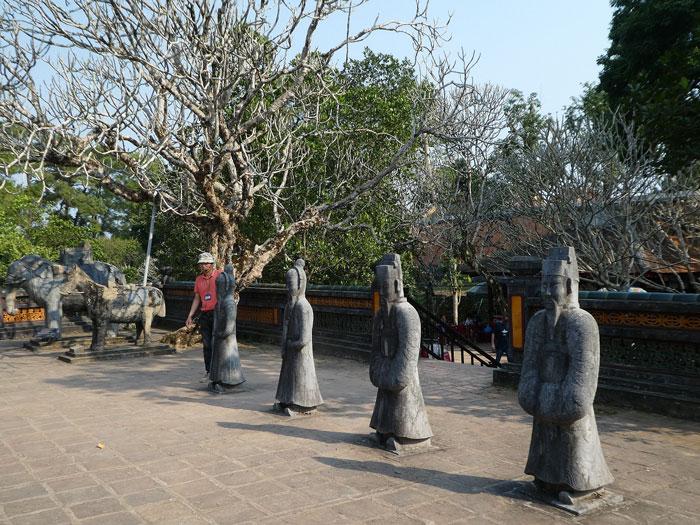 Statues de guerriers gardant le mausolée de l'empereur Tu Duc