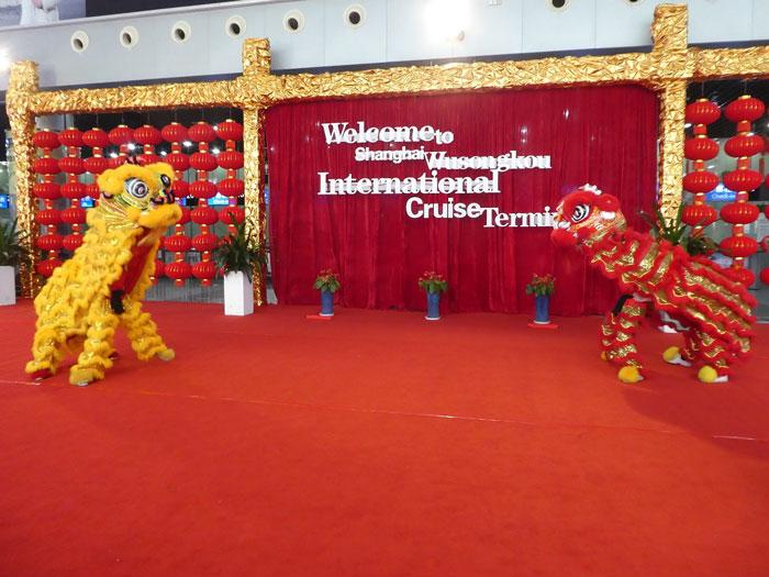 Accueil par des dragons chinois à Shanghai