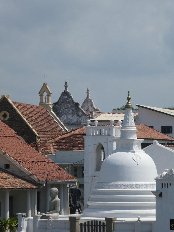 Temple bouddhiste et église catholique à Galle