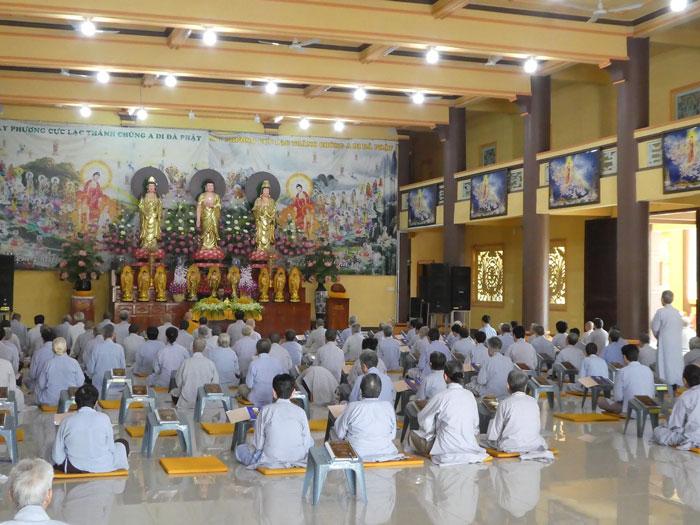Recueillement des adeptes de la religion Cao Dai