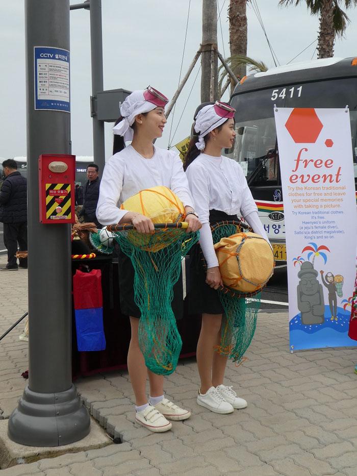 """De jeunes plongeuses coréennes ou """"haenyeo"""""""