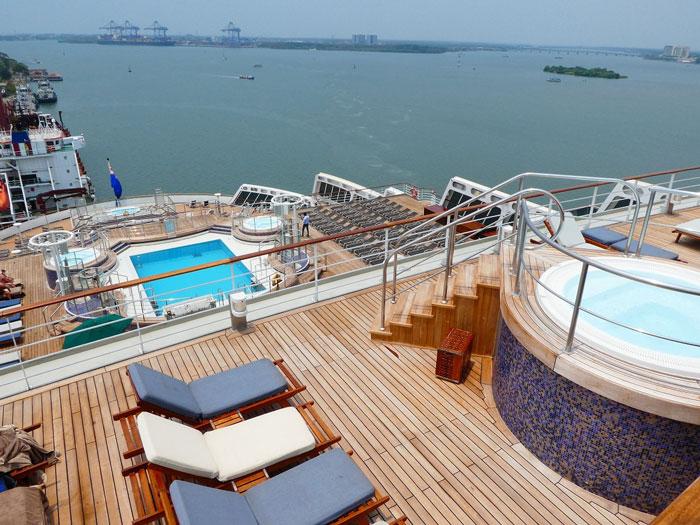 Une des piscines arrière et spas du Queen Mary 2