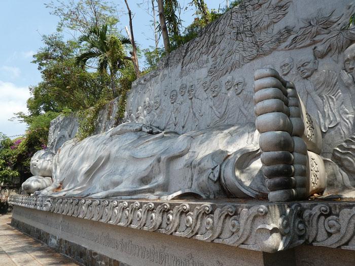 Statue de Bouddha couché ayant atteint le Nirvana