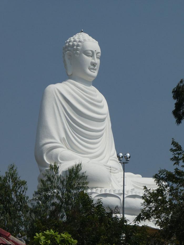 Après 152 marches, vue sur le Bouddha de Long Son