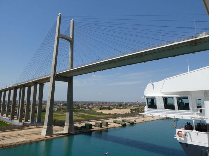 Passage sous le pont reliant les 2 rives du canal de Suez