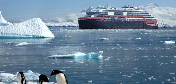 le Roald Amundsen en expédition sur les côtes de l'antarctique